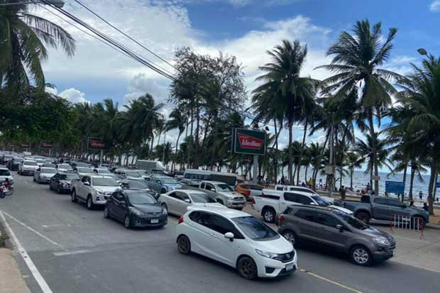 Traffic on the beachfront road in Bang Saen grinds to a halt on June 3, 2020, prompting authorities to order its temporary closure. (Saen Suk police station photo)