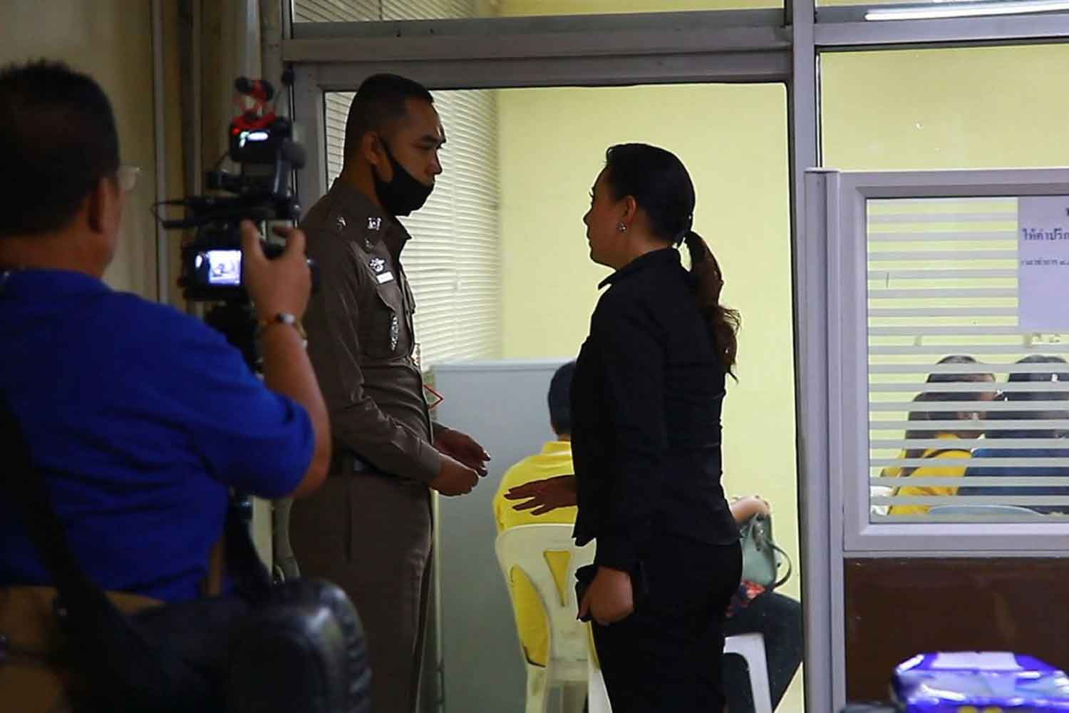 Ms Panadda Wongphudee, right, arrives at Samrong Nua police station in Samut Prakan to file her complaint, accusing a man of sexual abuse of his two teenage daughters. (Photo: Sutthiwit Chayutworakan)