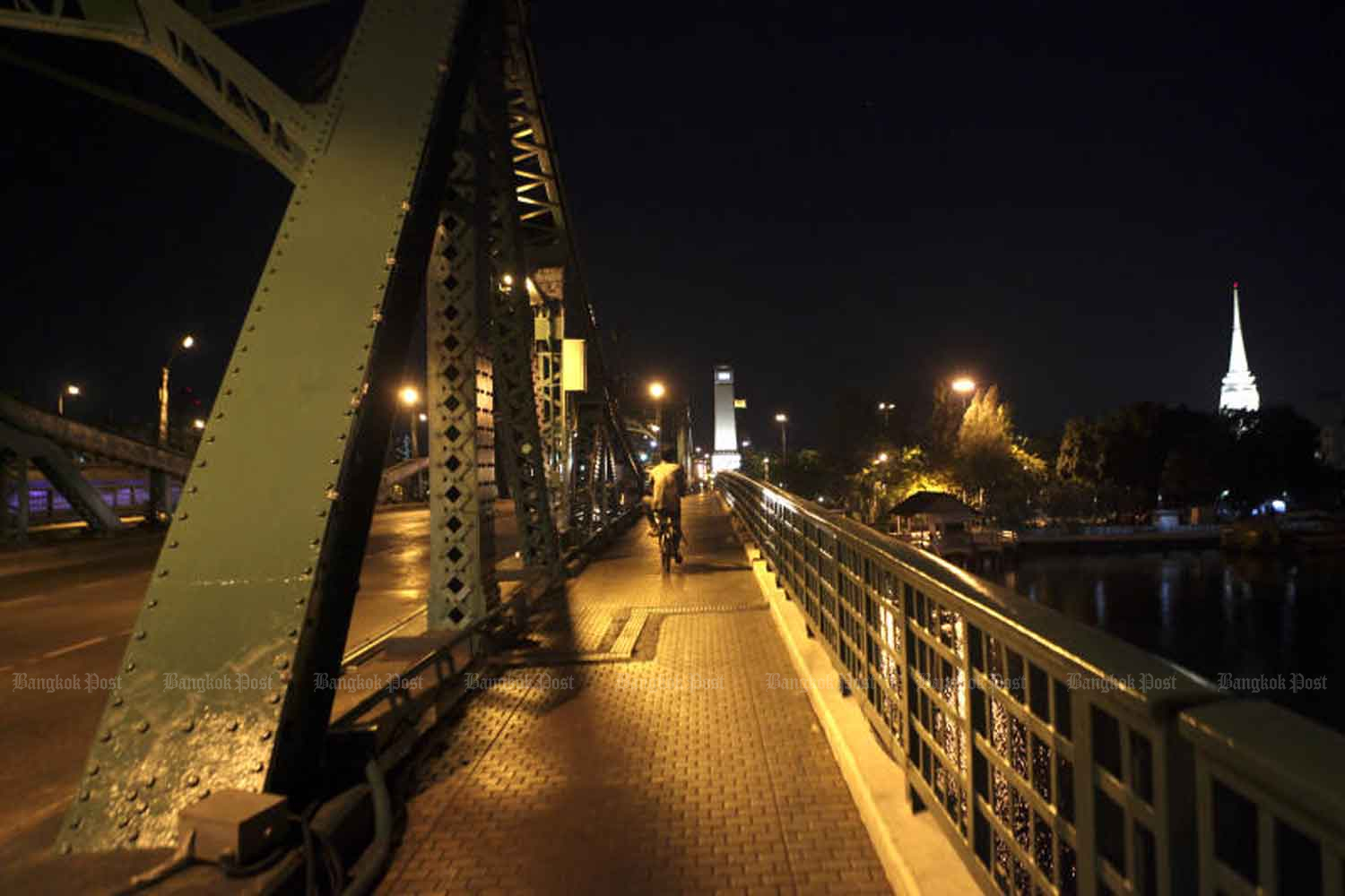 Night-time silence like this on the Memorial Bridge in Bangkok will end on Monday, when the government lifts the curfew imposed to control Covid-19. (Photo: Arnun Chonmahatrakool)