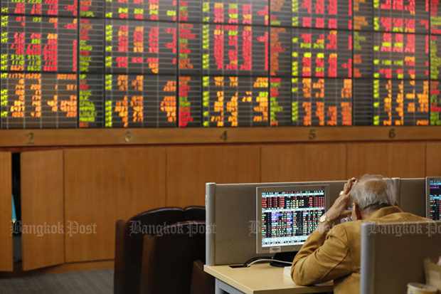 The Stock Exchange of Thailand index plunges on Friday despite the decision to end the curfew from Monday. (Photo: Pornprom Satrabhaya)
