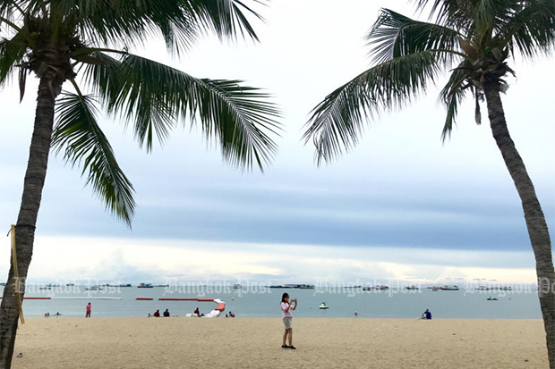 Beaches in Pattaya have been reopened for tourists but a poll says most Thais do not to see foreign visitors coming to the country soon. (Photo by Karnjana Karnjanatawe)