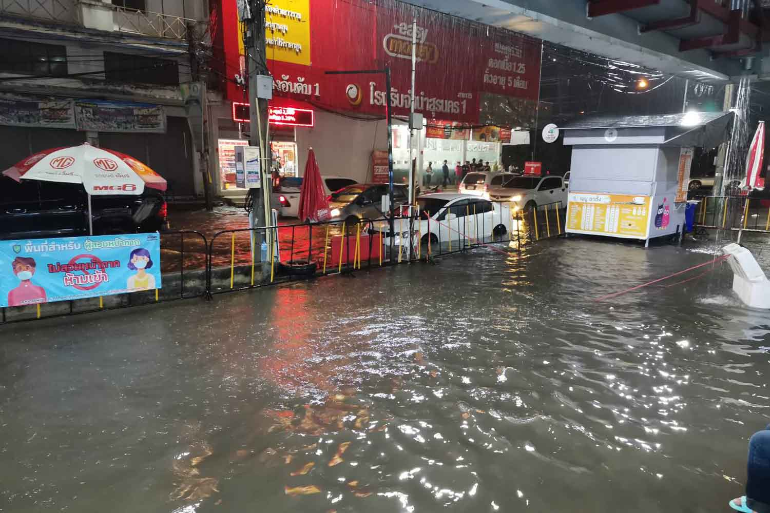 A low-lying area in Nakhon Ratchasima township is flooded after heavy rain on Sunday night. (Photo: Prasit Tangprasert)