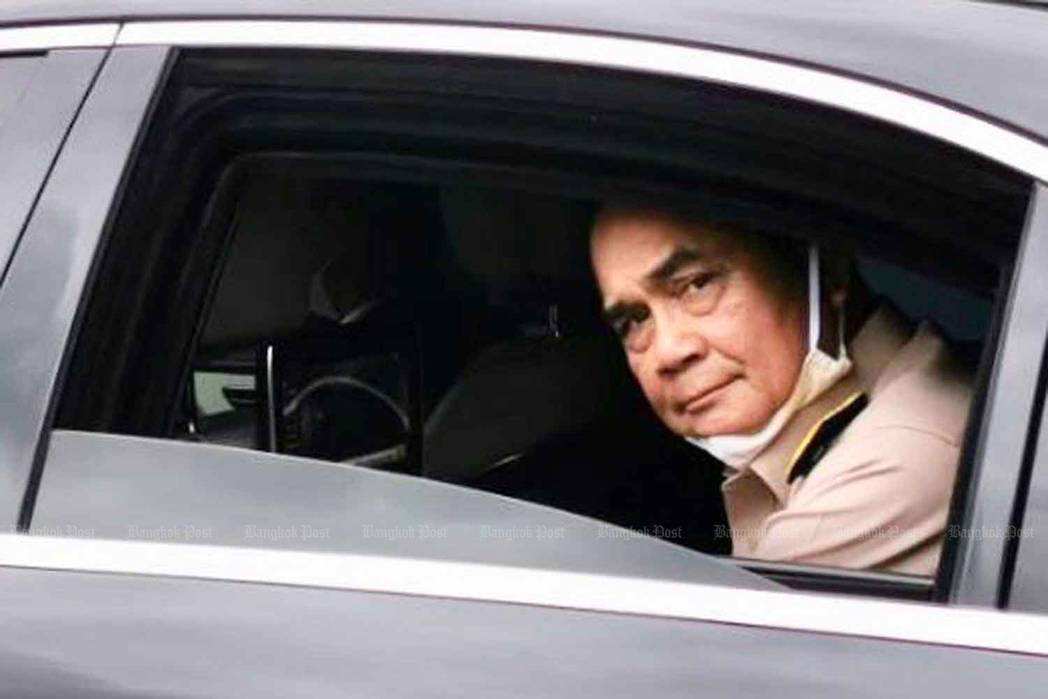 Prime Minister Prayut Chan-o-cha leaves in his limousine after talking about the government's plans for foreign visitors at the War Veterans Organisation in Bangkok on Monday. (Photo: Wassana Nanuam)