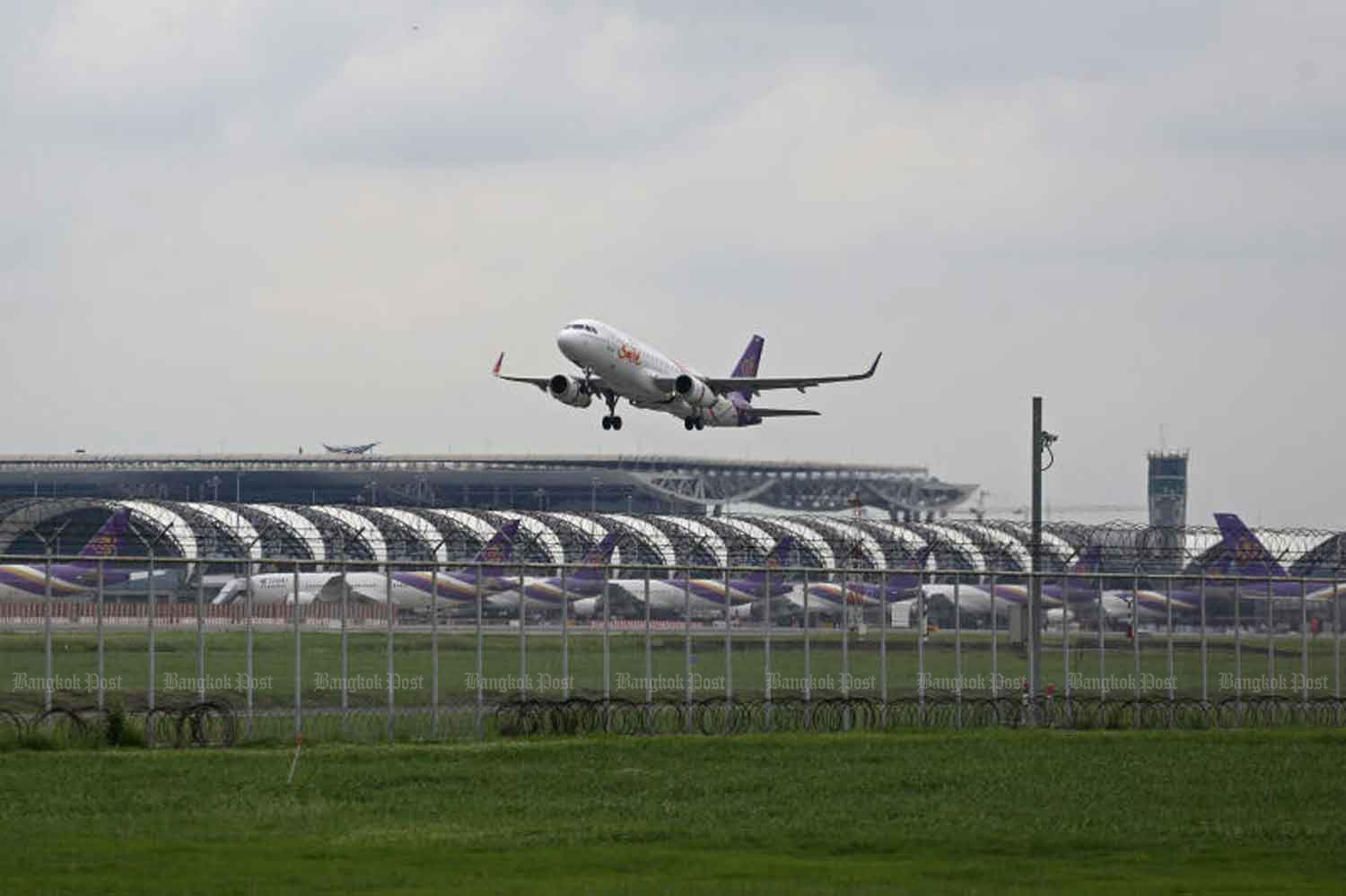 An airplane is landing at Suvarnabhumi airport in Samut Prakan province on Monday. (Photo Varuth Hirunyatheb)