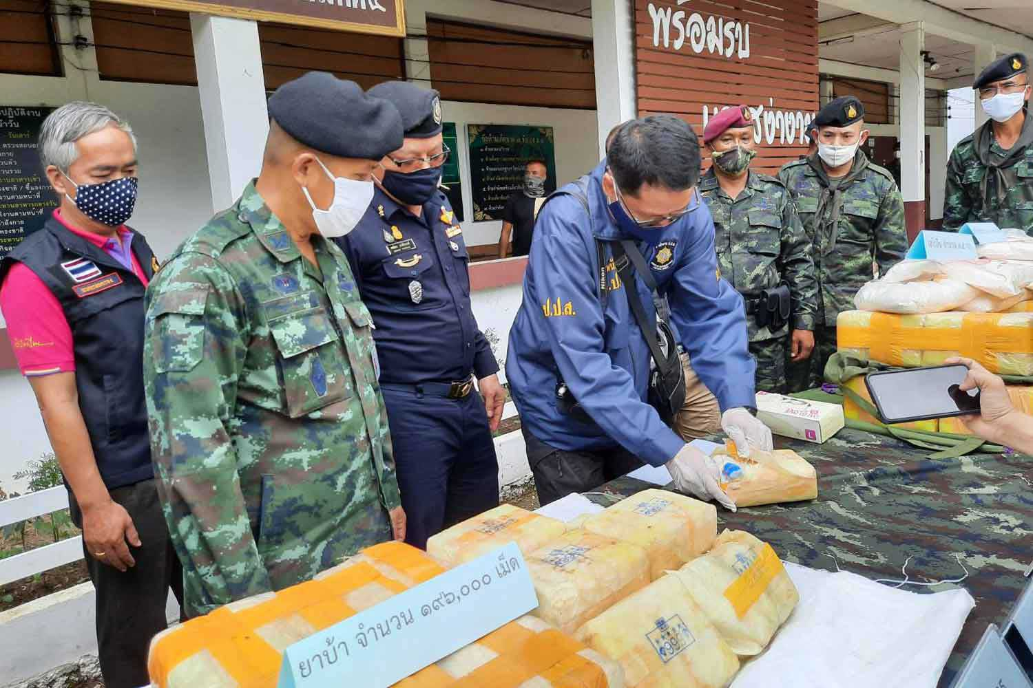A total of 800,000 methamphetamine pills and 10 kilogrammes of heroin are displayed at Fang police station in Chiang Mai province. The drugs were seized in an operation on Monday night. (Photo: Phanumet Tanraksa)