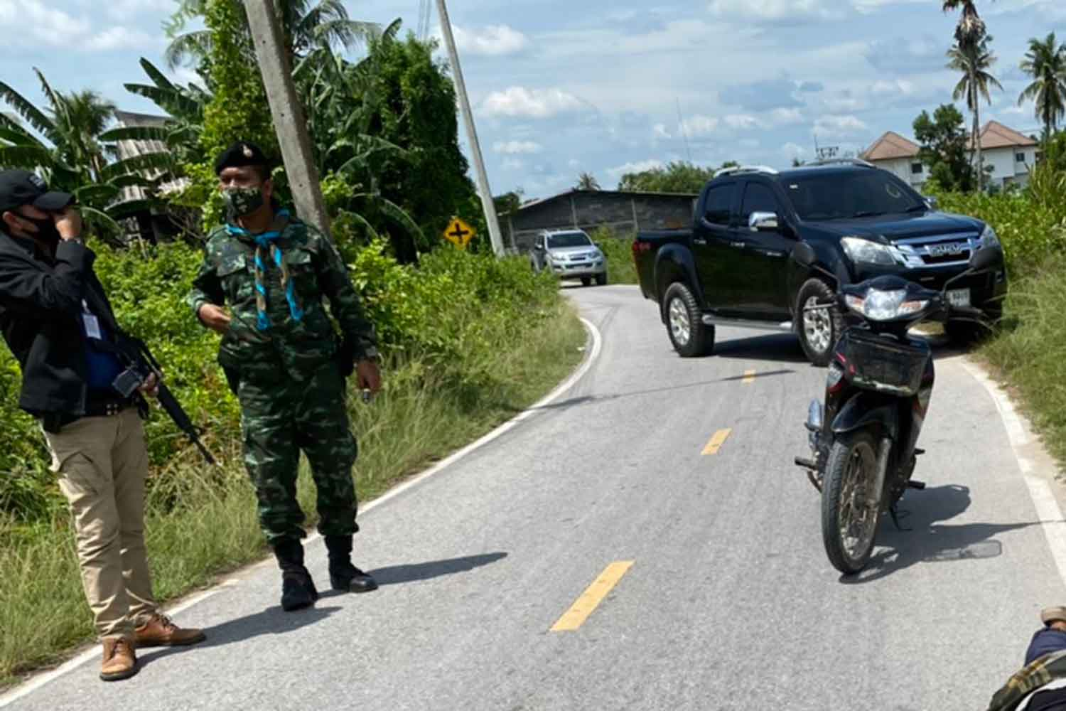 Soldiers stand guard on the road through Ban Kuwing in Pattani's Muang district where a checkpoint was attacked by a lone gunman on Wednesday. He wounded a soldier and was shot dead. (Photo: Abdullah Benjakat)