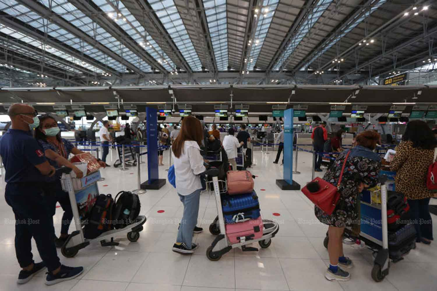 Passengers return to Suvarnabhumi airport in Samut Prakan province on Monday as domestic flights resume, but international tourism is still some time off, due to concerns about the travel bubble idea. (Photo: Varuth Hirunyatheb)
