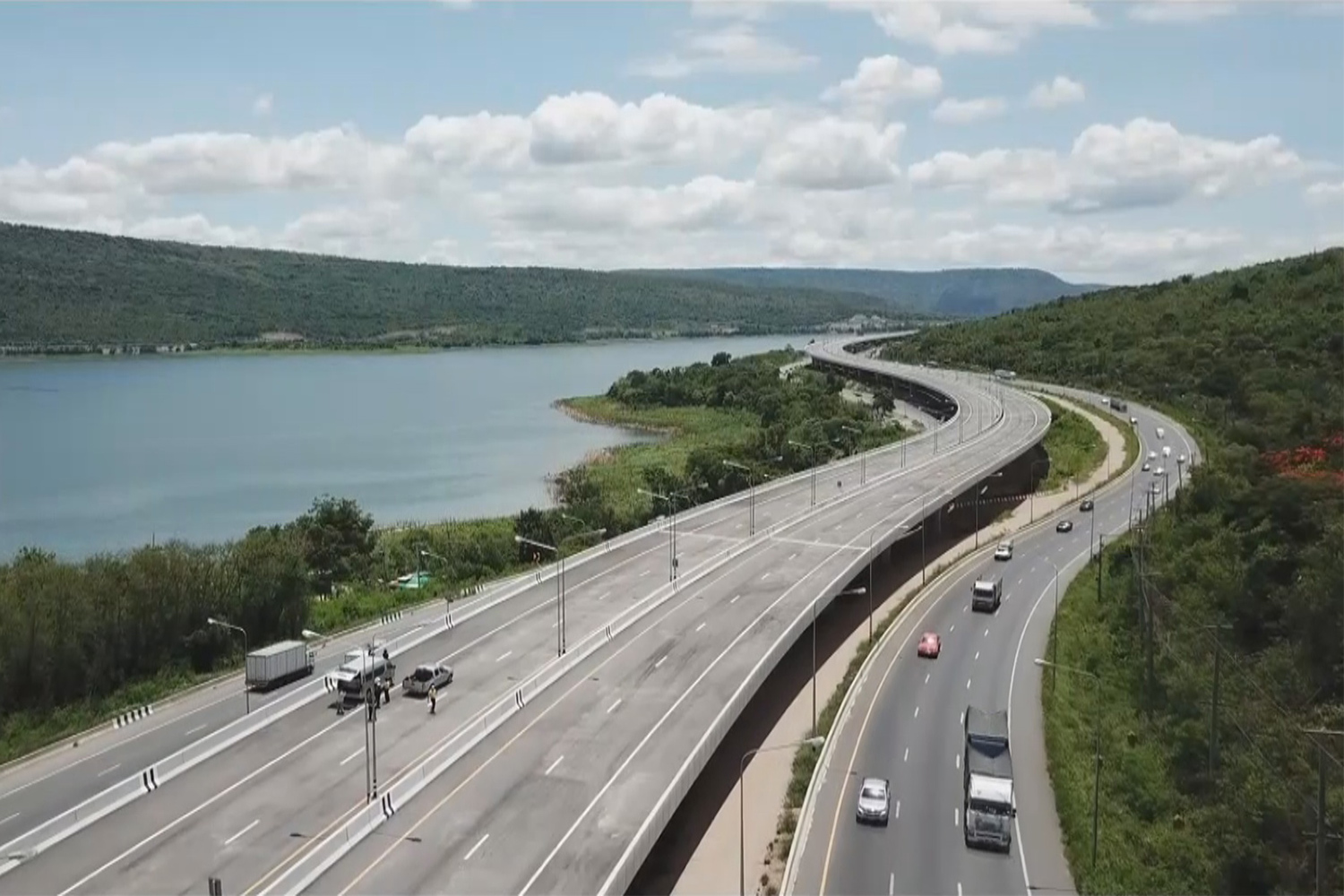 A scenic section of the new motorway connecting Bangkok with Nakhon Ratchasima runs along Lam Thakong reservoir in the northeastern province. (Photo by Prasit Tangprasert)