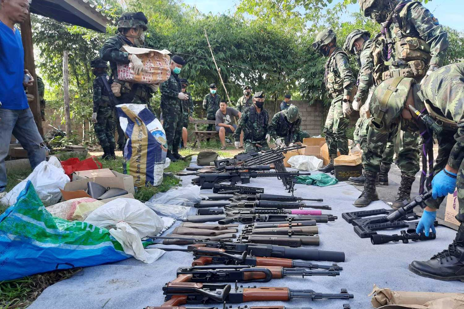 War weapons are taken from a house in Mae Sot district of Tak on Tuesday. National police chief orders police to keep a close watch on political movements following the seizure of the weapons. (Supplied photo via Assawin Pinitwong)