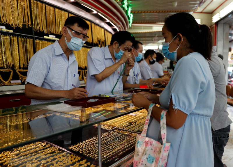 People try to sell their gold at a goldsmith as demand for cash increases after the partial shutdown caused by the outbreak of the coronavirus disease hurts the local economy in Bangkok, April 16, 2020. (Reuters file photo)
