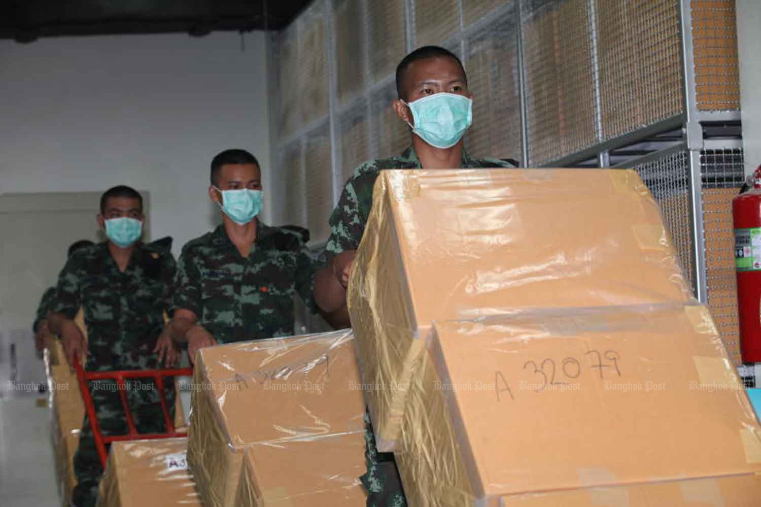 Soldiers deliver illegal drugs to be destroyed on Friday by the Food and Drug Administration at the Bang Pa-in industrial estate in Ayutthaya province. Over 25 tonnes of drugs worth 55.9 billion baht will be incinerated. (Photo: Apichart Jinakul)