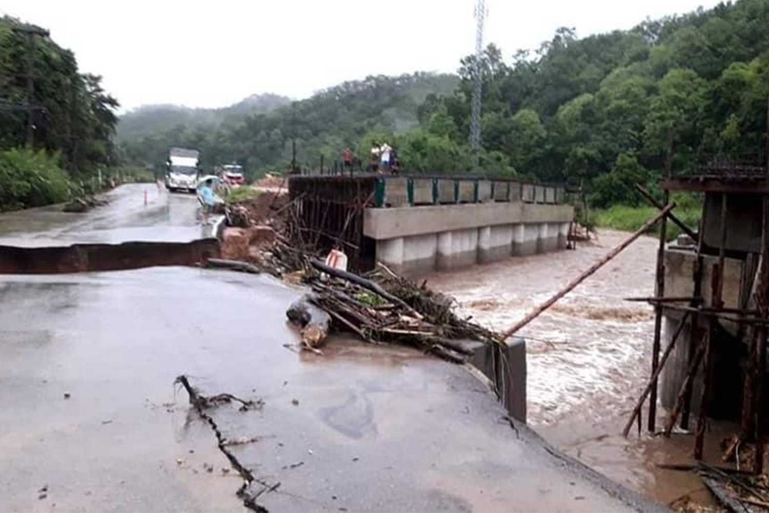 Damage to the road took place between kilometre makers 32 and 36 in Doi Saket district of Chiang Mai. (Photo by Phanumet Tanraksa)