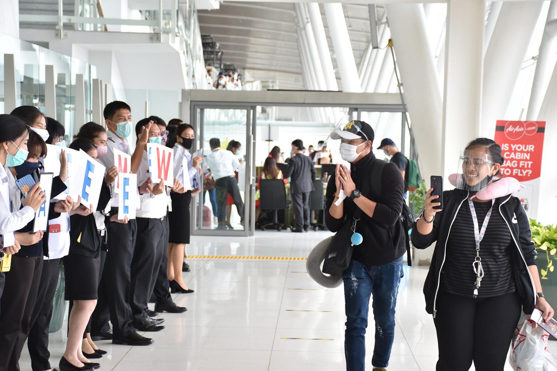 Airport staff farewell the 183 Philippine tourists as they board a charter flight from Phuket to Manila on Monday. (Photo: Achadtaya Chuenniran)