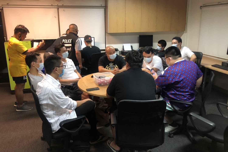 Sembilan pemain kartu tertangkap judi di poker di sebuah rumah di Pattaya oleh polisi pada Senin malam. (Foto: Chaiyot Pupattanapong)