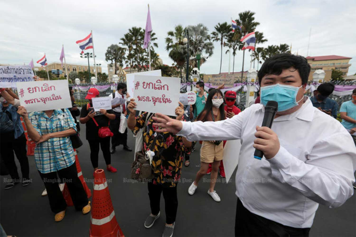 Members of the Democracy Restoration Group rally against the emergency decree outside Government House on June 18, 2020. The cabinet on Tuesday formally approved the extension of the emergency decree nationwide for another month, until July 31. (Photo by Chanat Katanyu)