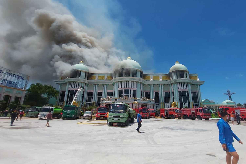 Smoke and flames billow from Sukhawadee House in Bang Lamung district, Chon Buri, on Wendesday morning. (Photo: Chaiyot Pupattanapong)