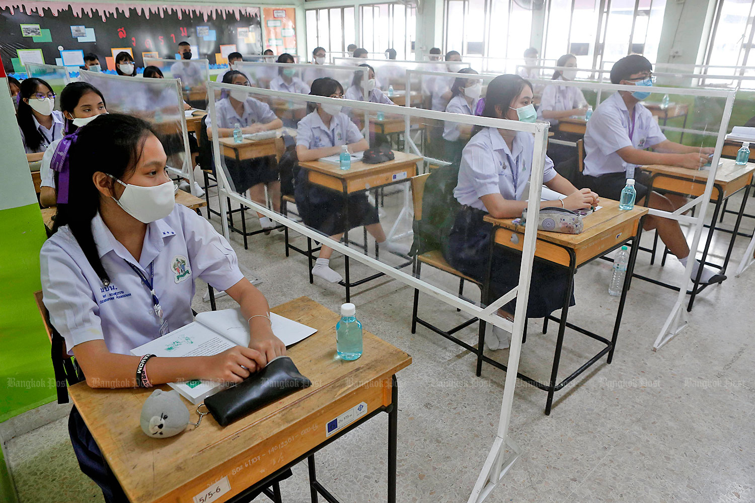 Students attend class on the first day of term on Wednesday at Mathayom Prachaniwet School in Bangkok.(Photo by Pattarapong Chatpattarasill)