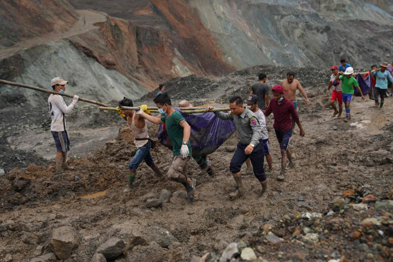 Rescuers recover bodies near the landslide area in the jade mining site in Hpakhant in Kachin state on Thursday. (Photo: AFP)