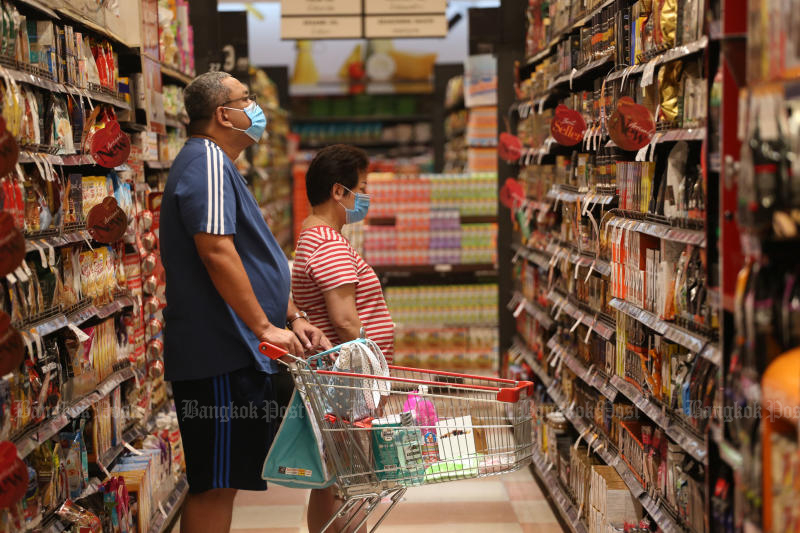 Shoppers buy groceries at The Mall Bang Kapi on May 17. Headline inflation in the country has fallen for four consecutive months. (Photo by Varuth Hirunyatheb)