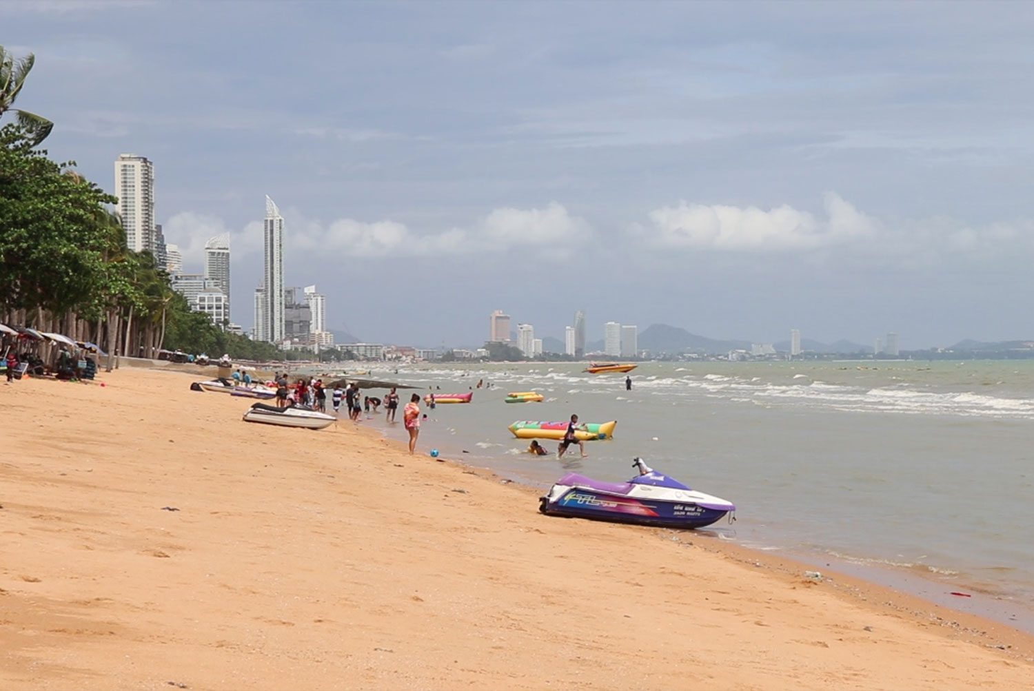 Crowds are thin at Pattaya beach on Saturday despite promotions intended to get people in the mood to travel after weeks of restrictions. (Photo: Chaiyot Pupattanapong)