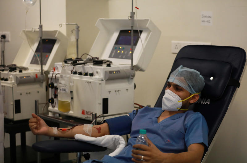 A plasma donor is seen at the newly inaugurated plasma bank at the state-run Institute of Liver and Biliary Sciences  hospital for treatment of patients suffering from the coronavirus disease (Covid-19), amidst the spread of the disease in New Delhi, India, July 2, 2020. (Reuters photo)
