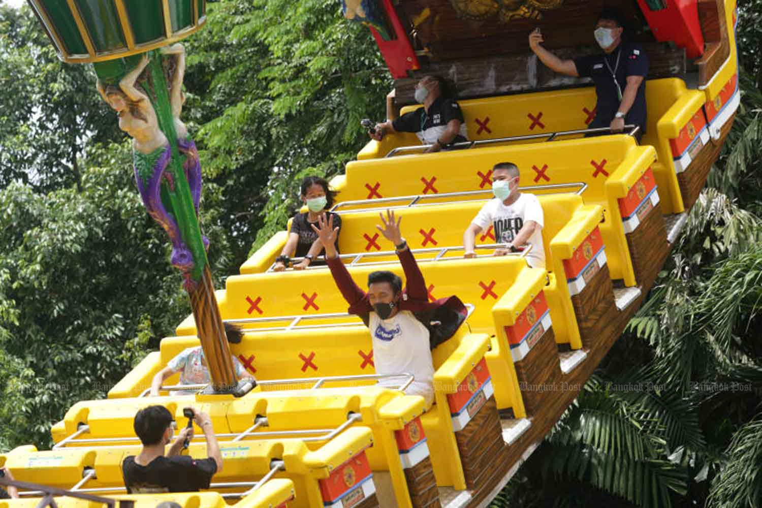 Tourists have their pleasant moment at the Dream World amusement park in Pathum Thani province. (Photo: Apichit Jinakul)