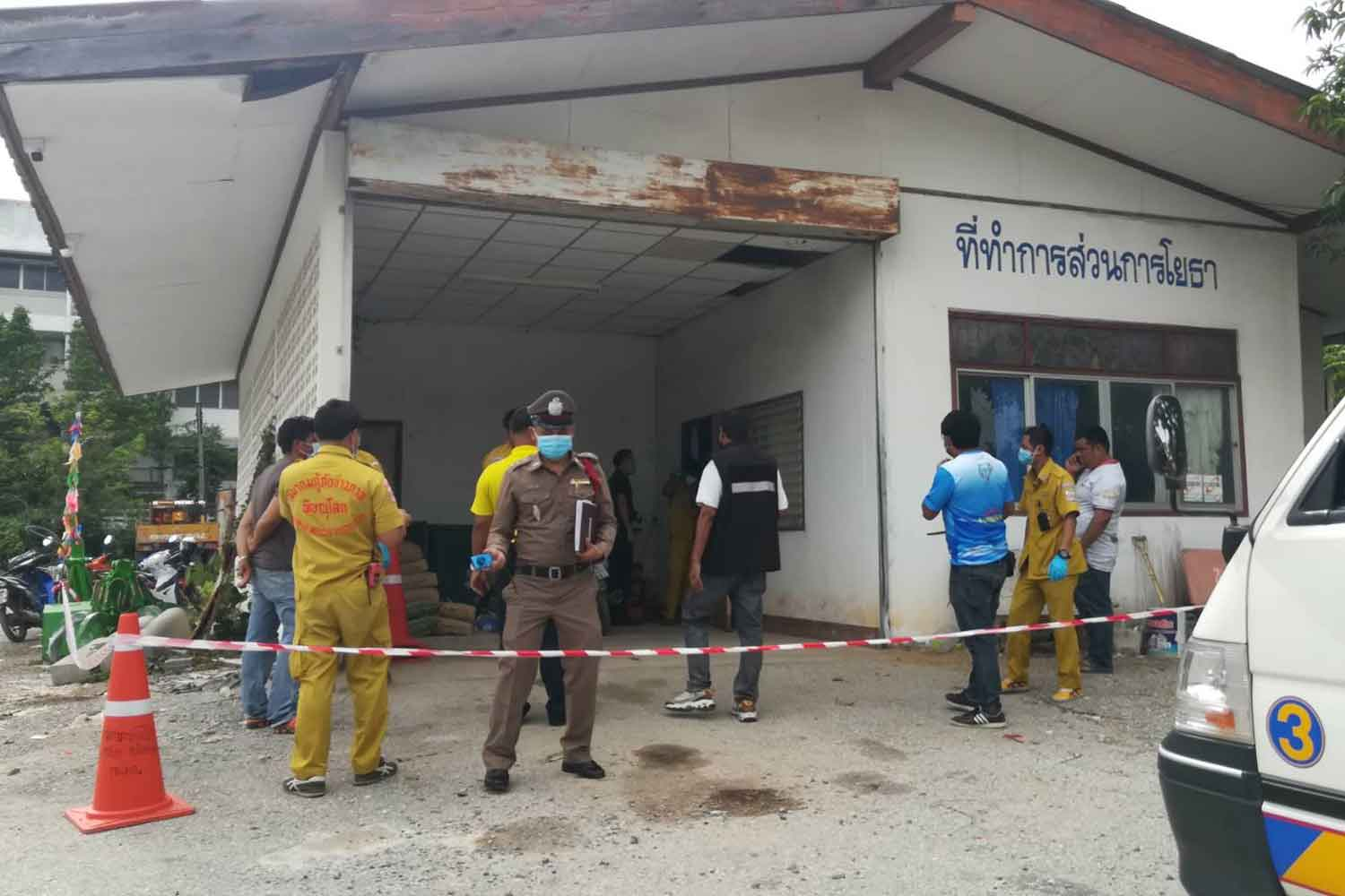 The public works office of Phitsanulok Municipality is cordoned off as police examine the room where a security guard was found dead on Wednesday morning. (Photo: Chinnawat Singha)