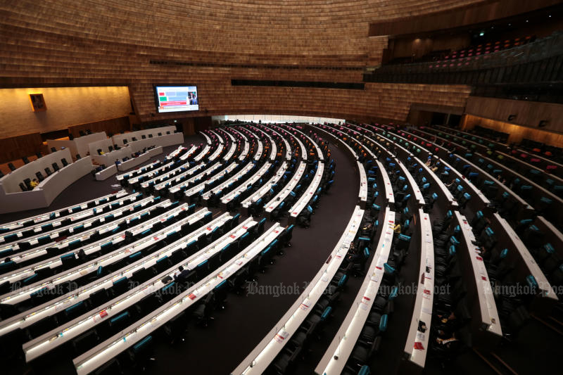 The House meeting on the progress of reform plans ends abruptly on Wednesday after most government MPs fail to attend. (Bangkok Post file photo)