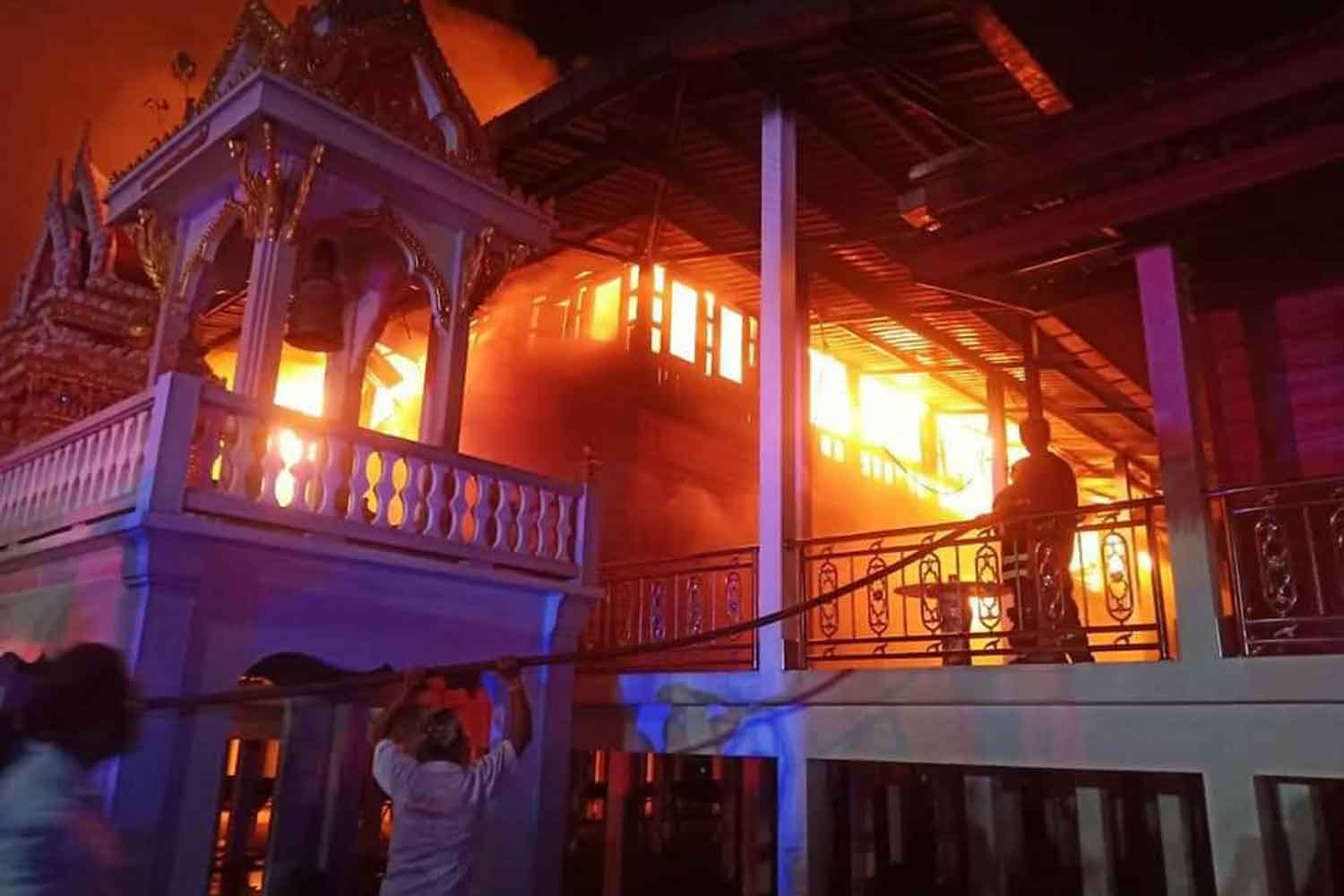 Fire destroys the teak pavilion at Wat Chang Thong in Phra Nakhon Si Ayutthaya district of Ayutthaya on Wednesday night. (Photo: Sunthon Pongpao)