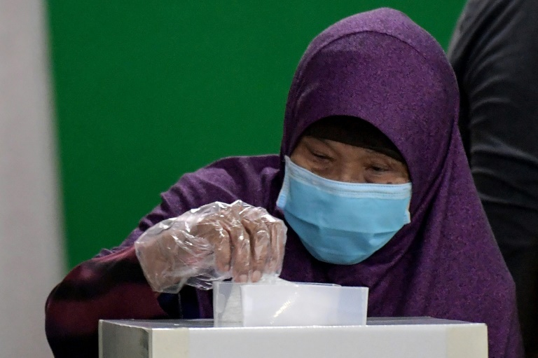 Singapore votes amid virus backdrop