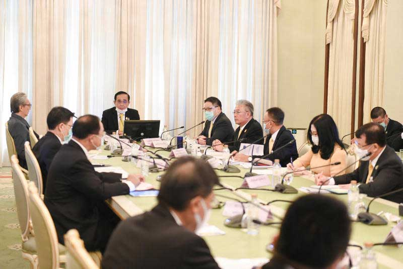 Prime Minister Prayut Chan-o-cha chairs the meeting on economy recovery from the Covid-19 pandemic at Government House on Friday. (Government House photo)