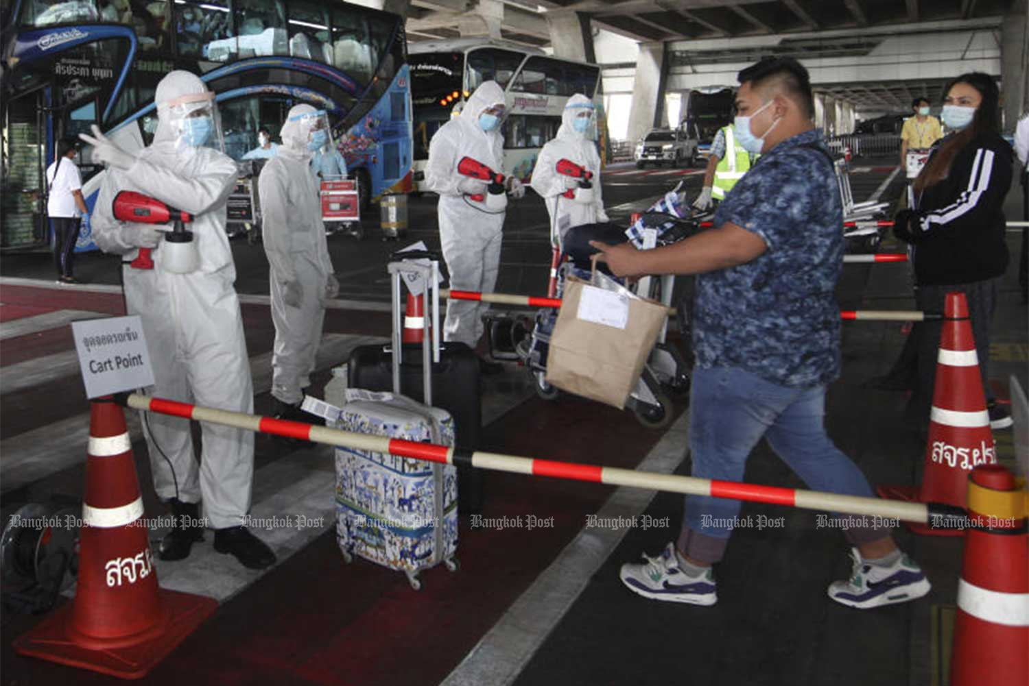 Another group of Thai returnees on July 9 are taken to state quarantine facilities. The government on Saturday reported 14 new Covid-19 cases, all returnees from Bahrain, the United States and Sudan. (Photo: Arnun Chonmahatrakool)