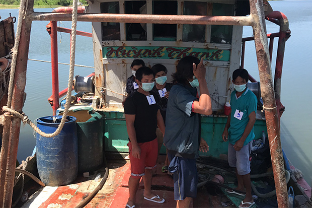 Crew members of a Vietnamese fishing boat were captured by a Marine Police unit in Narathiwat on Saturday. (Photo by Waedao Harai)