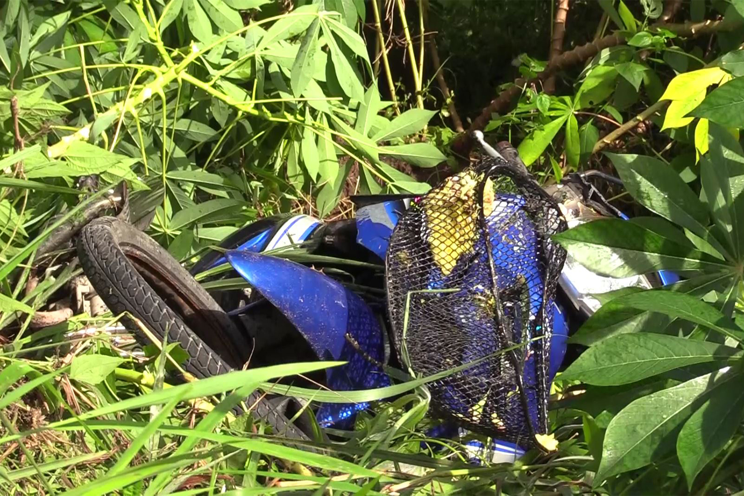 The remains of a motorcycle that crashed into a power pole in Phrom Khiri district of Nakhon Si Thammarat on Sunday. The driver, who was looking at a smartphone at the time of impact, was killed. (Photo by Nujaree Raekrun)