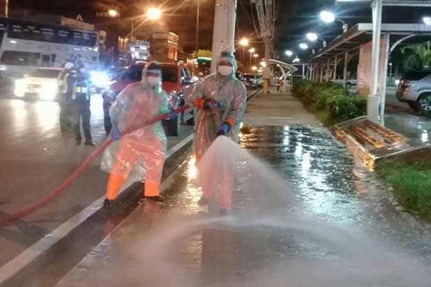 Workers clean roads and places in the Rayong Municipality on Monday after an Egyptian soldier infected with the coronavirus stayed at a hotel and went to shopping malls in Muang district. (Photo from Rayong Municipality Facebook account)