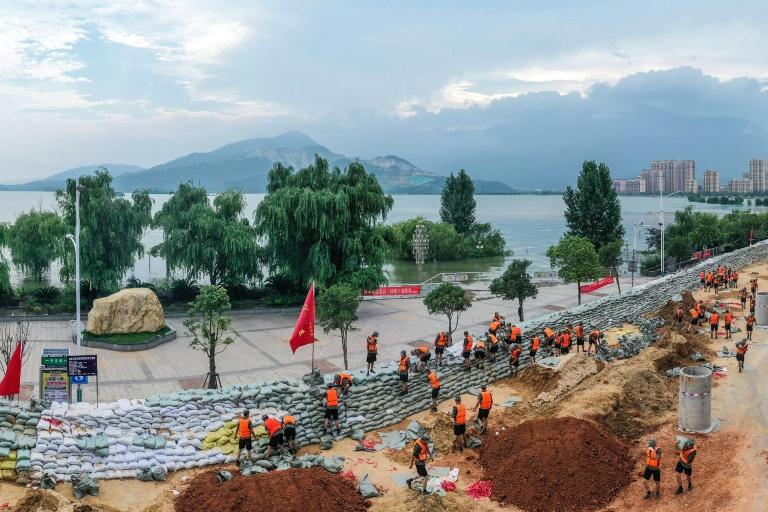 Chinese soldiers erect a sandbag barrier along the shore of Poyang lake after heavy seasonal rains in Jiujiang, in China's central Jiangxi province.