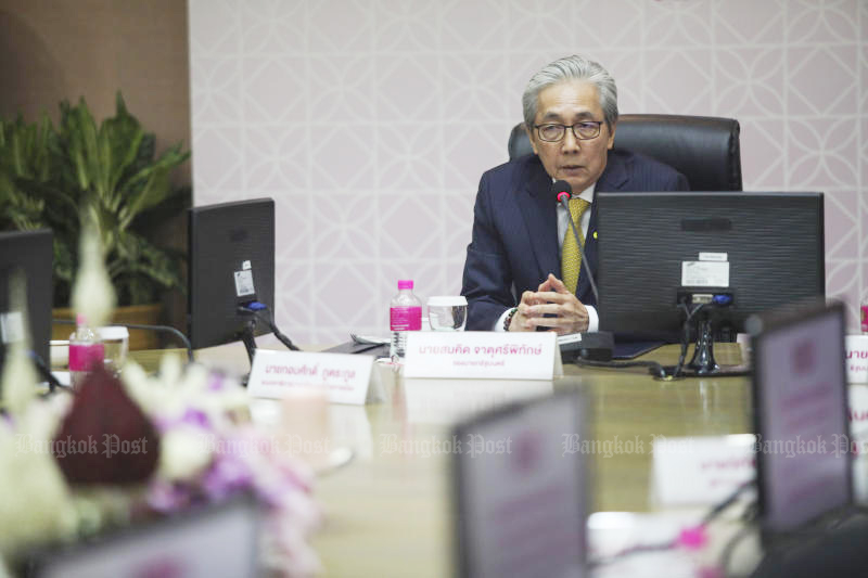 Deputy Prime Minister Somkid Jatusripitak talks to executives of Government Savings Bank during his visit to the bank on Monday. (Photo by Arnun Chonmahatrakool)