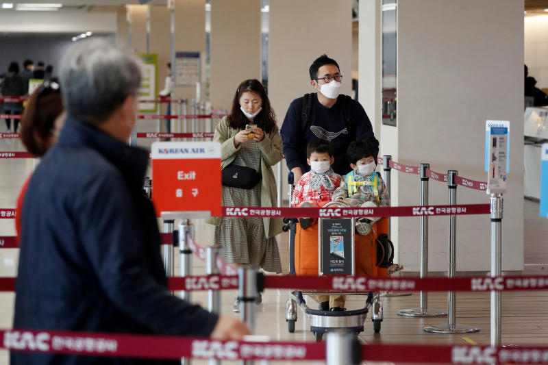 A family wearing masks to avoid the spread of the coronavirus disease  arrive at Gimpo international airport in Seoul on May 1, 2020. (Reuters photo)