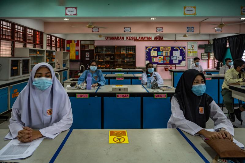 High school students wear face masks in a classroom on the first day after being reopened following restrictions to halt the spread of the Covid-19 coronavirus in Kuala Lumpur on June 24, 2020. (AFP photo)