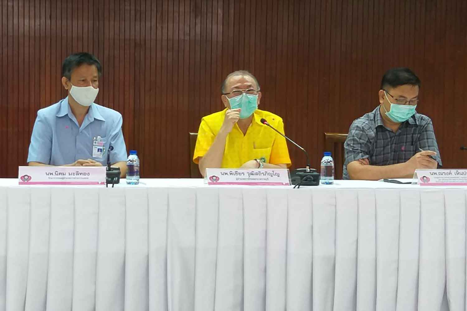 Dr Pichian Wuthisathirapinyo, (centre) director of Ratchaburi Hospital, holds a press conference at his hospital in Muang district, Ratchaburi province, on Tuesday. (Photo: Saichol Ochkajon)