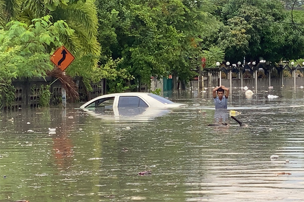 Niyom Kongsan's flooded car in Nong Yai community of Bang Lamung district of Chon Buri, after torrential rain in Pattya and other areas on Wednesday. (Photo: Chaiyot Phupattanapong)