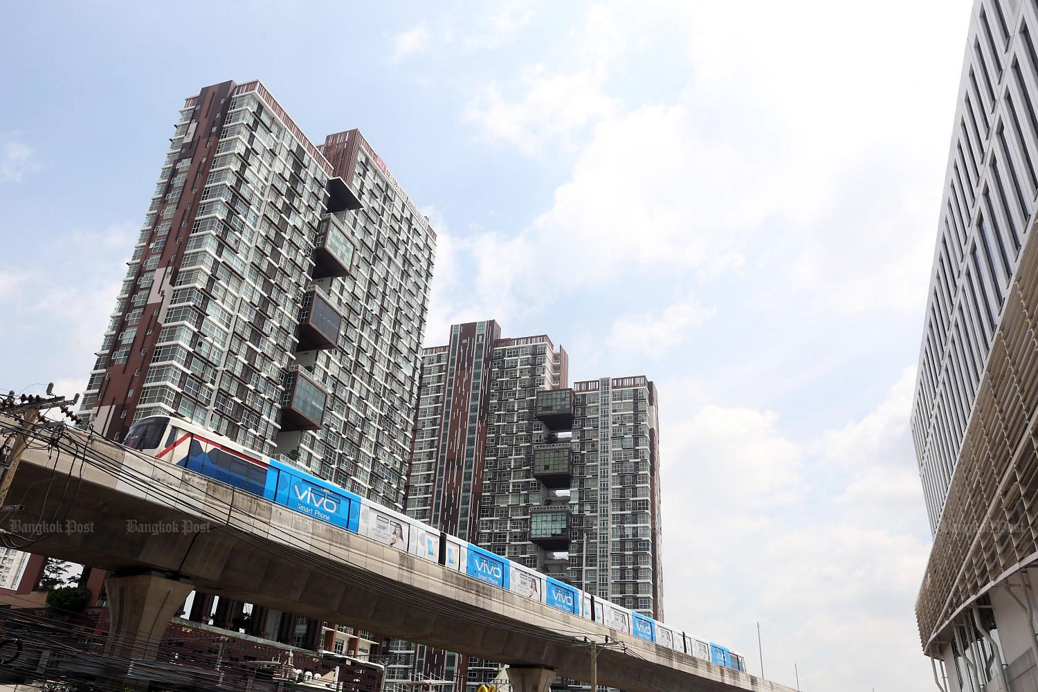 High-rise condominiums along Bang Na BTS station. Locations along new mass transit lines actually saw prices rise. (Photo by Weerawong Wongpreedee)