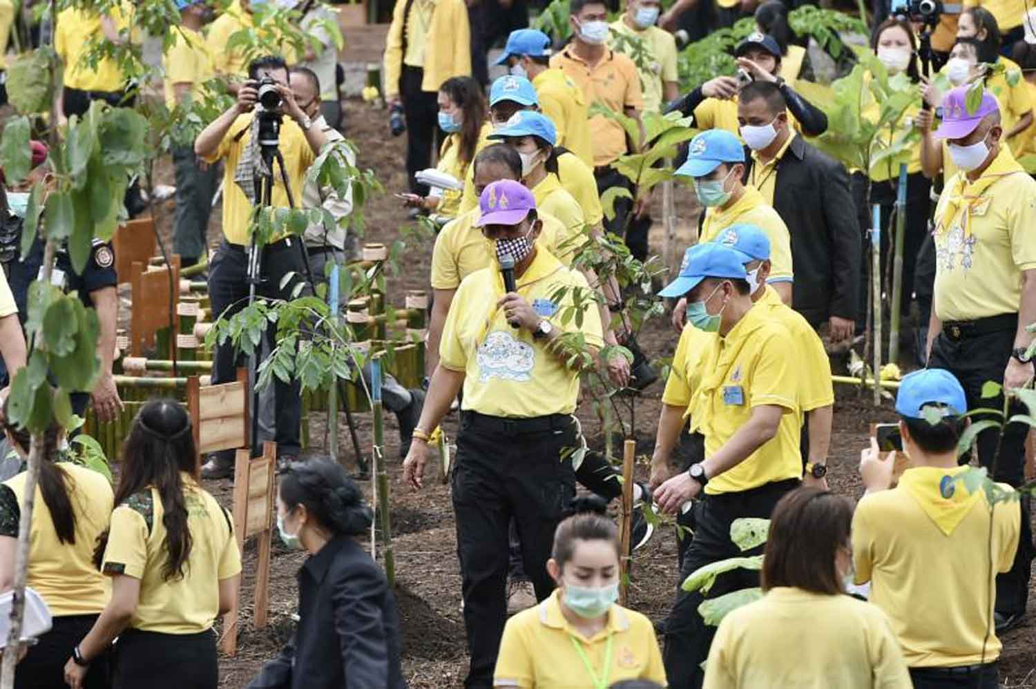 Prime Minister Prayut Chan-o-cha, centre, inaugurates a nationwide reforestation project at the Namtok Buatong-Namphu Jed-si National Park in Mae Taeng district of Chiang Mai on Friday. (Government House photo)