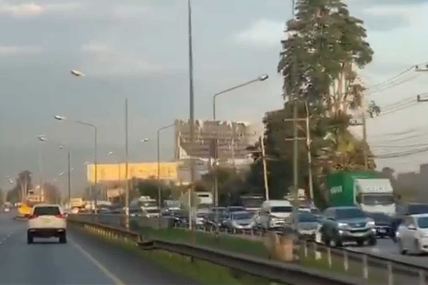 Traffic on inbound lanes of the Mittraphap Highway in Nakhon Ratchasima is heavy as drivers head to the Northeast on Saturday for a four-day weekend. (Photo: Prasit Tangprasert)