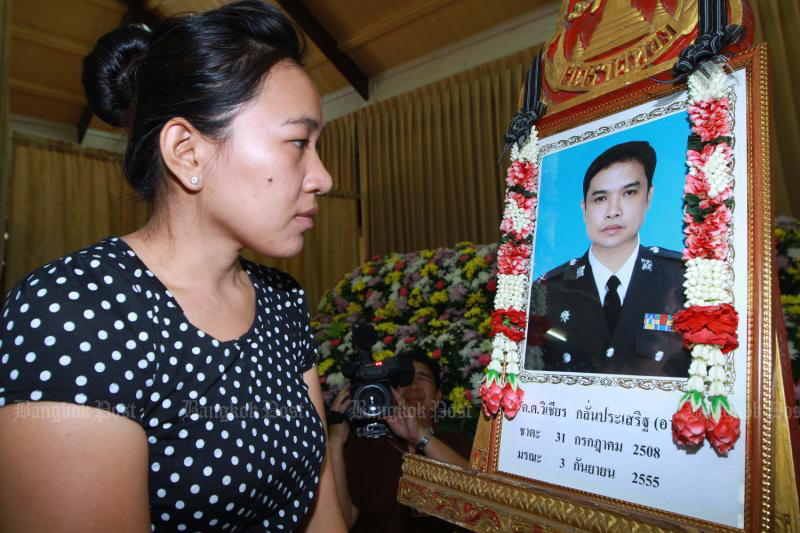 Nongnoot Saengpraphan mourns the death of her ex-husband, Pol Snr Sgt Maj Wichian Klanprasert, at Wat That Thong on Sept 3, 2012 after his motorcycle was hit by a Ferrari driven by Vorayuth Yoovidhya. (Photo by Somchai Poomlard)