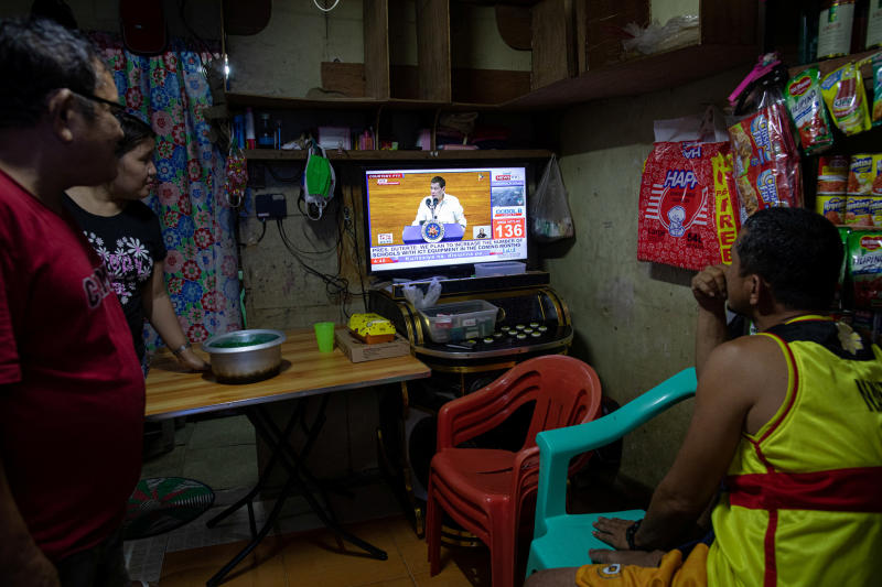 Filipinos watch President Rodrigo Duterte's fifth State of the Nation Address at a home, in Quezon City, Metro Manila, Philippines, July 27, 2020. (Reuters photo)