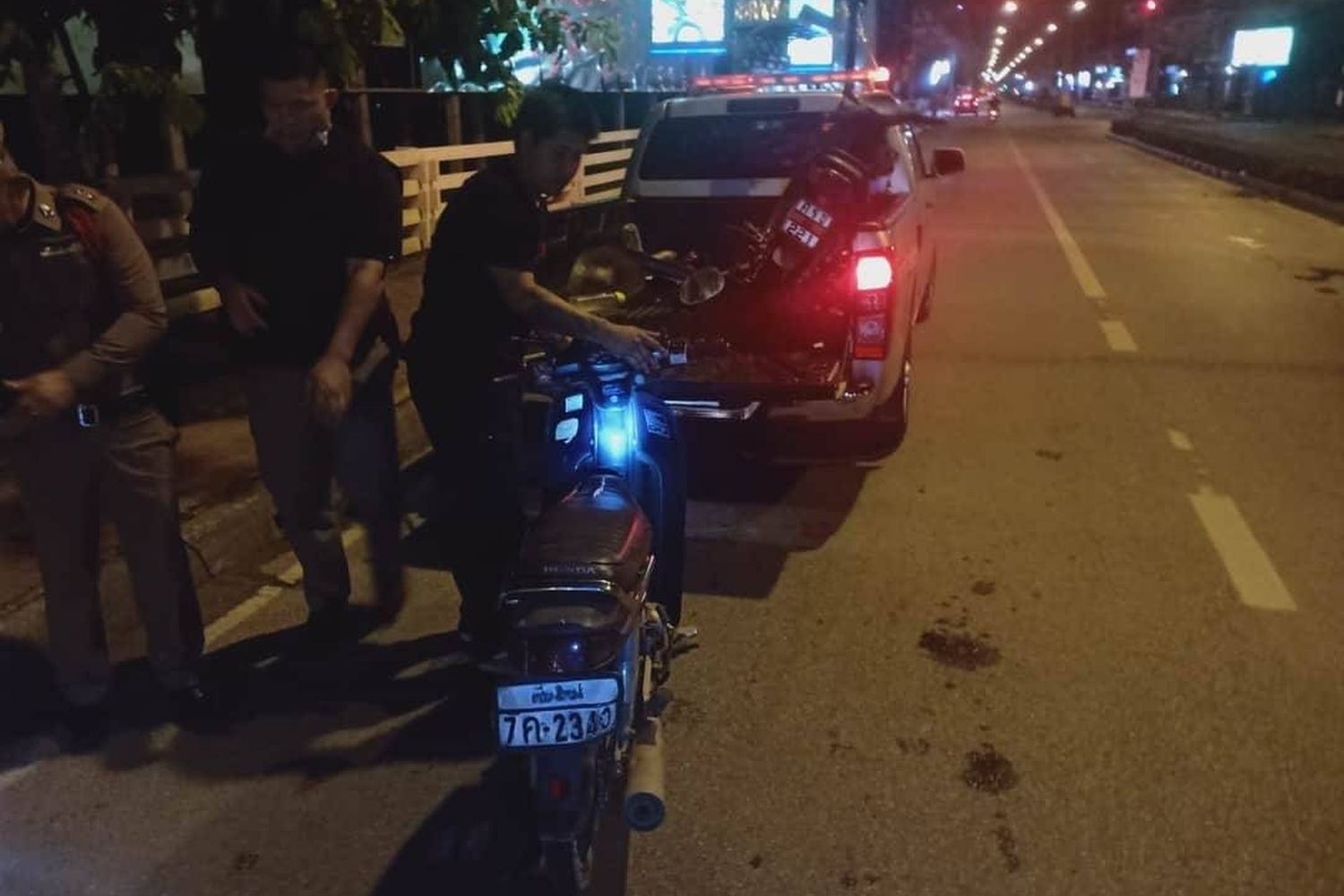 One of the motorcycles involved in a crash in Chiang Mai in which Jaruchart Maadthong, 40, was killed. (Photo from Facebook@KUSOLSONGKHORCHIANGMAIRESCUE)