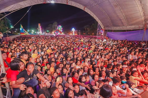 Fans pack the Red Cross Fair concert in Cha-uat district of Nakhon Si Thammarat on Saturday. (Photo from Janey Daimodthasodchuen via @littlehogweed Tweeter account)