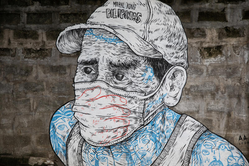 A mural of a man wearing a mask is pictured on a sidewalk amid the coronavirus disease  outbreak in Quezon City, Metro Manila, Philippines, July 30, 2020. (Reuters photo)