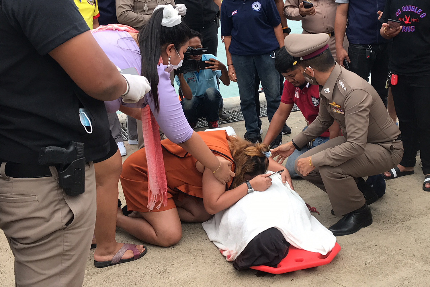 A woman cries over the body of Tewin Surat, the capsized Raja 4 ferry skipper, after it was transported to Koh Samui on Sunday. (Photo by Sunthorn Pongpao)